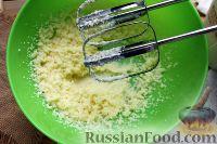 Фото приготовления рецепта: Шарлотка с яблоками (в микроволновке) - шаг №5