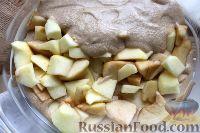 Фото приготовления рецепта: Шарлотка с яблоками (в микроволновке) - шаг №12
