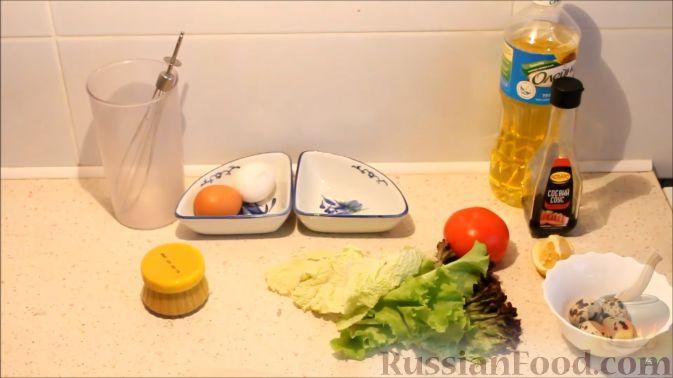 Фото приготовления рецепта: Салат с кальмарами, яйцами и овощами - шаг №1