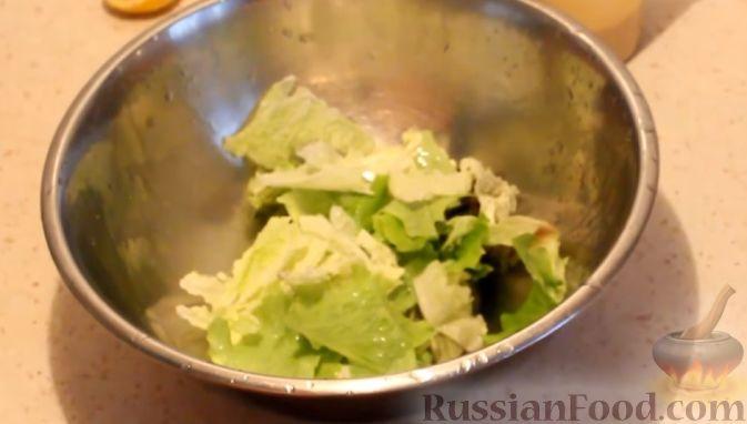Фото приготовления рецепта: Салат с кальмарами, яйцами и овощами - шаг №8