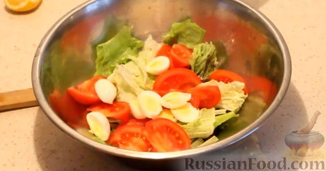 Фото приготовления рецепта: Салат с кальмарами, яйцами и овощами - шаг №13