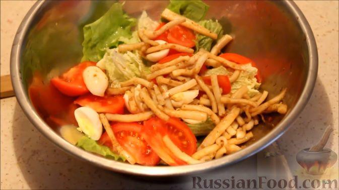Фото приготовления рецепта: Салат с кальмарами, яйцами и овощами - шаг №14