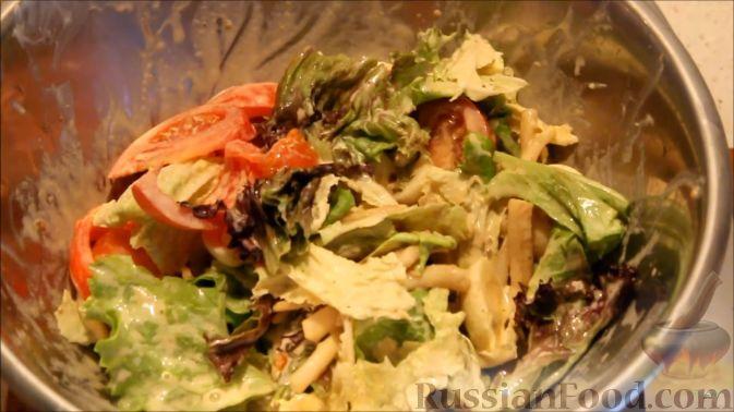 Фото приготовления рецепта: Салат с кальмарами, яйцами и овощами - шаг №16
