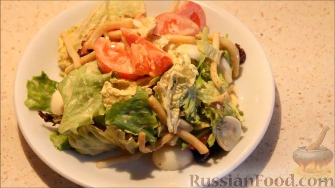 Фото приготовления рецепта: Салат с кальмарами, яйцами и овощами - шаг №17
