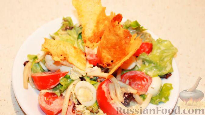 Фото приготовления рецепта: Салат с кальмарами, яйцами и овощами - шаг №18