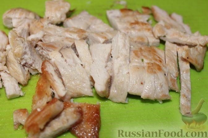 Фото приготовления рецепта: Салат из куриного филе с виноградом - шаг №7