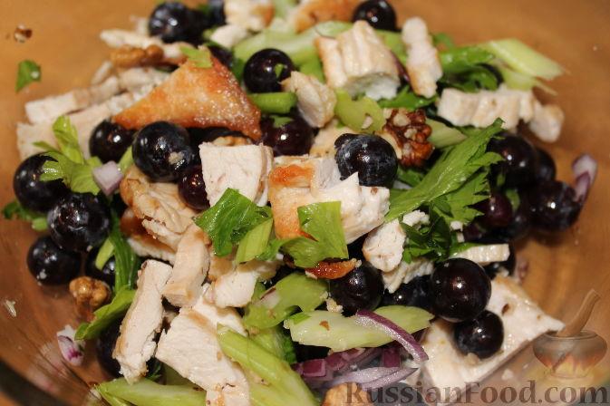 Фото приготовления рецепта: Салат из куриного филе с виноградом - шаг №10