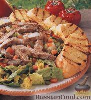"""Фото к рецепту: Салат """"Цезарь"""" с говядиной и жареным багетом"""