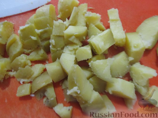 Фото приготовления рецепта: Немецкий картофельный салат с солеными огурцами и копченой колбасой - шаг №1