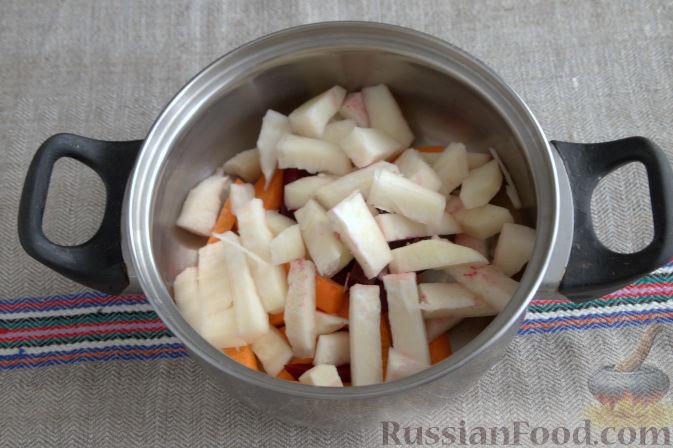 Фото приготовления рецепта: Маринованная кольраби (со свеклой и морковью) - шаг №2