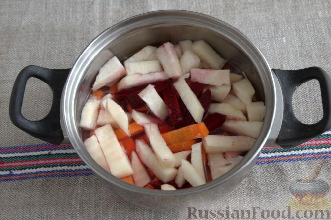 Фото приготовления рецепта: Маринованная кольраби (со свеклой и морковью) - шаг №3
