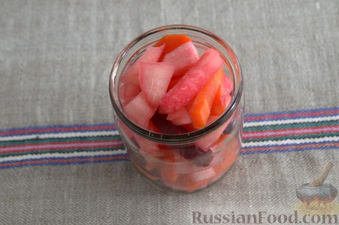 Фото приготовления рецепта: Маринованная кольраби (со свеклой и морковью) - шаг №4