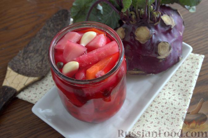 Фото приготовления рецепта: Маринованная кольраби (со свеклой и морковью) - шаг №9