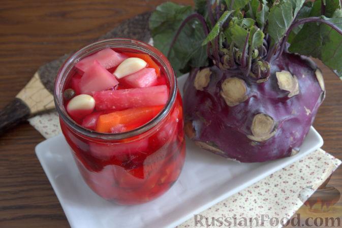 Фото к рецепту: Маринованная кольраби (со свеклой и морковью)