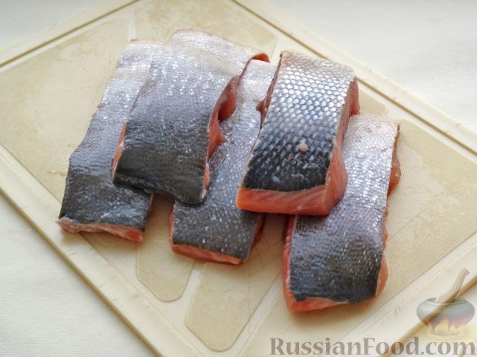 Фото приготовления рецепта: Рыба, жаренная со стручковой фасолью и луком - шаг №2