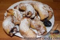 Фото к рецепту: Печенье «Кифлики» со сливами в карамели