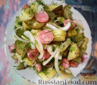 Фото к рецепту: Немецкий картофельный салат с солеными огурцами и копченой колбасой