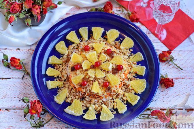 Фото приготовления рецепта: Салат «Французская любовница» с курицей, изюмом и орехами - шаг №10