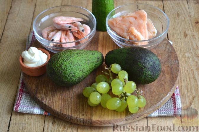 Фото приготовления рецепта: Закуска в огурце - с авокадо, семгой и креветками - шаг №1