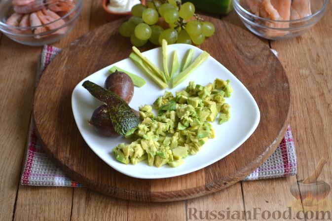 Фото приготовления рецепта: Закуска в огурце - с авокадо, семгой и креветками - шаг №2
