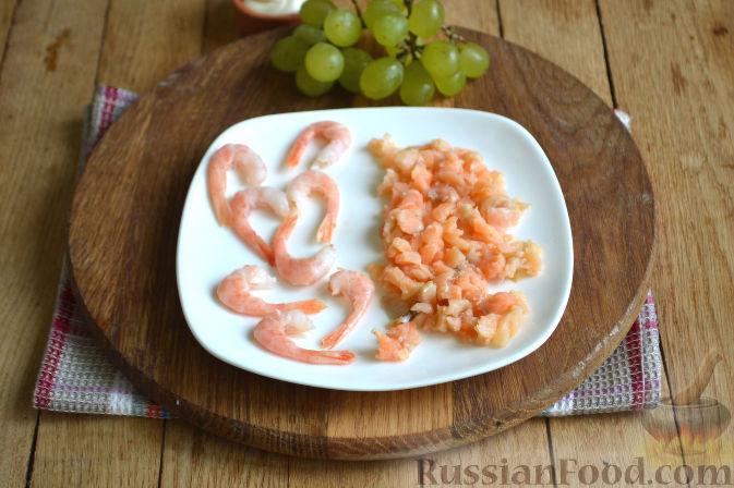 Фото приготовления рецепта: Закуска в огурце - с авокадо, семгой и креветками - шаг №3