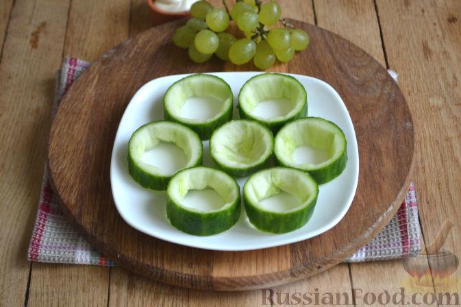 Фото приготовления рецепта: Закуска в огурце - с авокадо, семгой и креветками - шаг №4