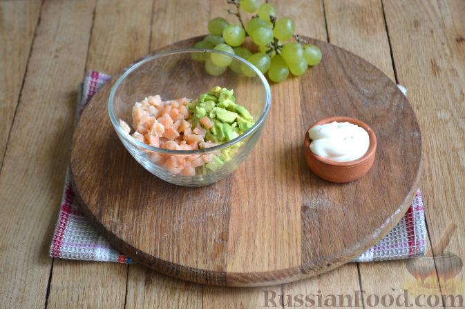 Фото приготовления рецепта: Закуска в огурце - с авокадо, семгой и креветками - шаг №5