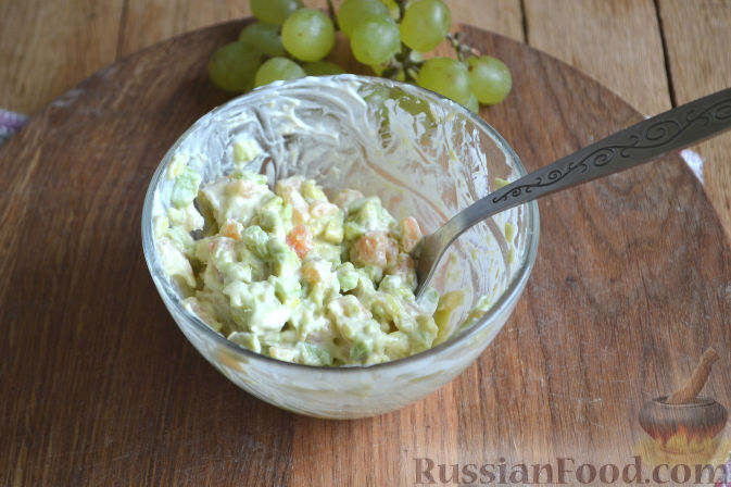 Фото приготовления рецепта: Закуска в огурце - с авокадо, семгой и креветками - шаг №6
