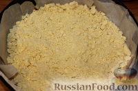 Фото приготовления рецепта: Деревенский творожный пирог из песочной крошки - шаг №7