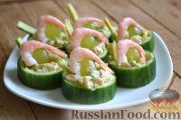 Фото к рецепту: Закуска в огурце - с авокадо, семгой и креветками