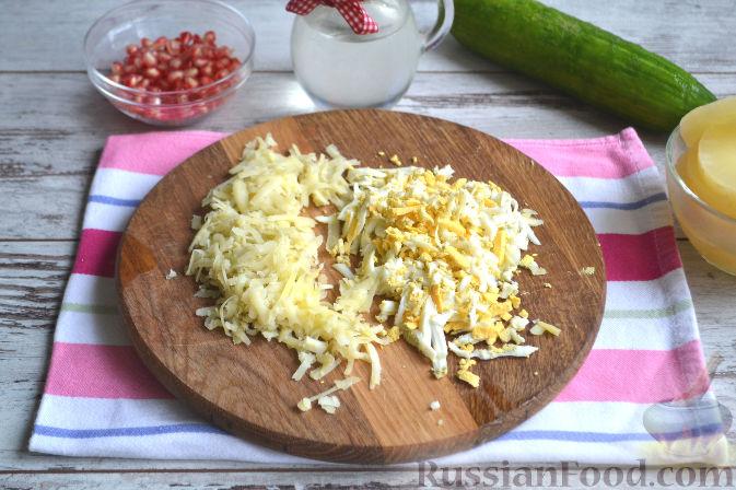 Фото приготовления рецепта: Салат с курицей и ананасами - шаг №4