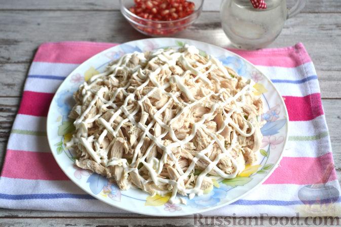 Фото приготовления рецепта: Салат с курицей и ананасами - шаг №8