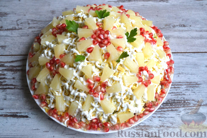 Фото приготовления рецепта: Салат с курицей и ананасами - шаг №12