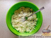 Фото приготовления рецепта: Сырники с яблоком и сухофруктами - шаг №5