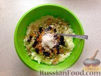 Фото приготовления рецепта: Сырники с яблоком и сухофруктами - шаг №4