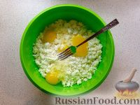 Фото приготовления рецепта: Сырники с яблоком и сухофруктами - шаг №3