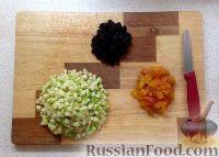 Фото приготовления рецепта: Сырники с яблоком и сухофруктами - шаг №2