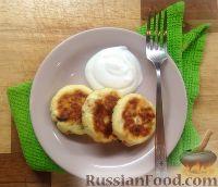 Фото приготовления рецепта: Сырники с яблоком и сухофруктами - шаг №8