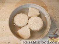Фото приготовления рецепта: Салат из редьки с яйцами - шаг №2