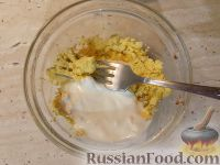 Фото приготовления рецепта: Салат из редьки с яйцами - шаг №4