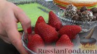 Фото приготовления рецепта: Вафельный торт с конфетами и безе (без выпечки) - шаг №2