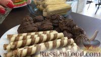 Фото приготовления рецепта: Вафельный торт с конфетами и безе (без выпечки) - шаг №5
