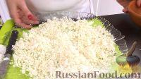 Фото приготовления рецепта: Вафельный торт с конфетами и безе (без выпечки) - шаг №6