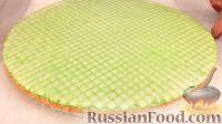 Фото приготовления рецепта: Вафельный торт с конфетами и безе (без выпечки) - шаг №12