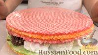 Фото приготовления рецепта: Вафельный торт с конфетами и безе (без выпечки) - шаг №14