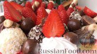 Фото приготовления рецепта: Вафельный торт с конфетами и безе (без выпечки) - шаг №16