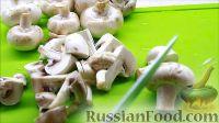Фото приготовления рецепта: Курица, фаршированная яблоками, с лапшой и грибами - шаг №7