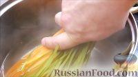 Фото приготовления рецепта: Курица, фаршированная яблоками, с лапшой и грибами - шаг №8