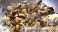 Фото приготовления рецепта: Курица, фаршированная яблоками, с лапшой и грибами - шаг №9