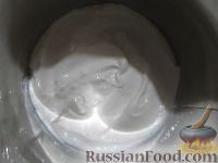 Фото приготовления рецепта: Бисквитный торт с мармеладом - шаг №5